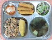 4.28. 날치알김치볶음밥 감자미역국 채소샐러드/들깨소스 치즈스틱 나박김치 바나나
